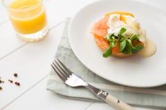 Prima colazione sana con gli uova affogate Immagini Stock