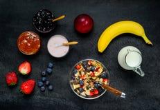 Prima colazione sana con i muesli e la frutta fresca Fotografie Stock