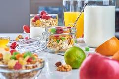 Prima colazione sana con i muesli, latte, yogurt, frutta immagine stock libera da diritti