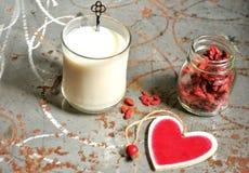 Prima colazione sana con i semi del latte e di goji della mandorla Fotografia Stock