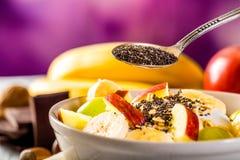 Prima colazione sana con i semi del yogurt, della mela, della banana e di chia Fotografia Stock