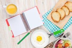 Prima colazione sana con l'uovo fritto, i pani tostati e l'insalata immagine stock libera da diritti
