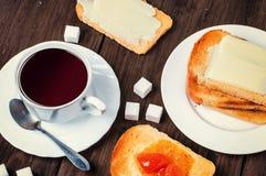 Prima colazione sana con la tazza di caffè, il pane, il burro e l'inceppamento Fotografie Stock Libere da Diritti