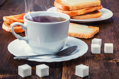 Prima colazione sana con la tazza di tè, di pane, di burro e di inceppamento Fotografia Stock Libera da Diritti