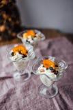 Prima colazione sana con le arance, i dadi ed il gelato Immagine Stock