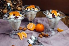Prima colazione sana con le arance, i dadi ed il gelato Immagini Stock