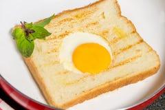 Prima colazione sana con le uova fritte ed il pane tostato Fotografia Stock