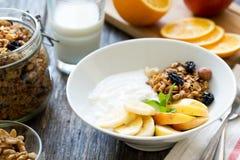 Prima colazione sana con yogurt, granola ed i frutti Fotografia Stock Libera da Diritti