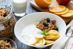Prima colazione sana con yogurt, granola, miele ed i frutti Fotografie Stock Libere da Diritti