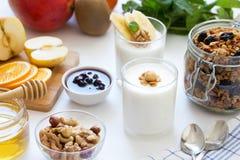 Prima colazione sana con yogurt in vetro, in granola ed in frutti Fotografie Stock Libere da Diritti