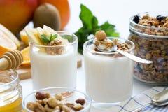 Prima colazione sana con yogurt in vetro, in granola ed in frutti Fotografia Stock Libera da Diritti