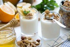 Prima colazione sana con yogurt in vetro, in granola ed in frutti Immagini Stock Libere da Diritti