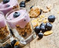 Prima colazione sana del cereale, dei muesli e dei mirtilli interi del grano immagine stock