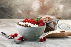 Prima colazione sana del Granola con yogurt, i muesli e il berrie naturali immagine stock libera da diritti