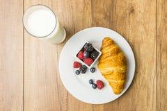 Prima colazione sana del latte e del croissant Immagine Stock Libera da Diritti