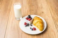 Prima colazione sana del latte e del croissant Fotografie Stock