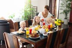 Prima colazione sana della famiglia per la madre ed i bambini Fotografia Stock Libera da Diritti