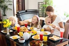 Prima colazione sana della famiglia per la madre ed i bambini Immagine Stock Libera da Diritti