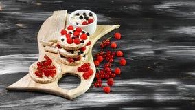 Prima colazione sana e saporita con crispybread Concetto locale dei prodotti del raccolto stagionale del raccolto Disposizione au fotografie stock