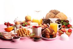 Prima colazione sana enorme sulla tavola con caff?, succo d'arancia, i frutti, le cialde ed i croissant Concetto di buongiorno fotografia stock