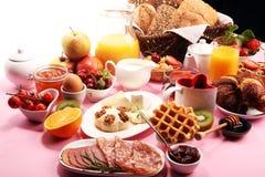 Prima colazione sana enorme sulla tavola con caff?, succo d'arancia, i frutti, le cialde ed i croissant Concetto di buongiorno immagine stock