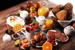 Prima colazione sana enorme sulla tavola con caff?, succo d'arancia, i frutti, le cialde ed i croissant Concetto di buongiorno immagini stock