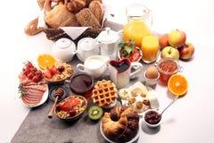 Prima colazione sana enorme sulla tavola con caff?, succo d'arancia, i frutti, le cialde ed i croissant Concetto di buongiorno immagine stock libera da diritti