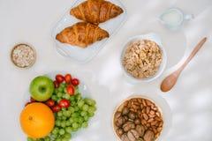 Prima colazione sana leggera con la farina d'avena Ercole, dadi, frutta, uova sode, pane tableware Alimento sano immagini stock