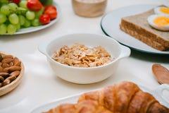 Prima colazione sana leggera con la farina d'avena Ercole, dadi, frutta, uova sode, pane tableware Alimento sano immagine stock libera da diritti