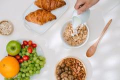 Prima colazione sana leggera con la farina d'avena Ercole, dadi, frutta, uova sode, pane tableware Alimento sano fotografia stock libera da diritti