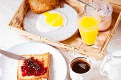 Prima colazione sana su fondo di legno fotografia stock libera da diritti