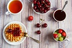 Prima colazione saporita e sana: cialde con l'inceppamento della frutta fotografia stock libera da diritti