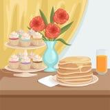Prima colazione saporita sulla tavola di legno Piatto con la pila di pancake, vetro di succo d'arancia fresco, supporto con i big Fotografia Stock Libera da Diritti