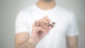 Prima colazione, scrittura dell'uomo sullo schermo trasparente Immagine Stock Libera da Diritti