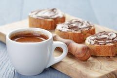 Prima colazione semplice con la tazza di caffè espresso e delle baguette fotografia stock libera da diritti