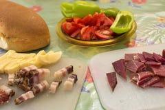 Prima colazione serba con la salsiccia, il bacon, il prosciutto ed il formaggio domestici affettati Fotografia Stock Libera da Diritti