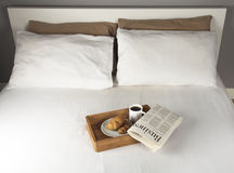 Prima colazione sul letto Fotografie Stock Libere da Diritti