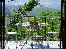 Prima colazione sul patio che trascura il paesaggio toscano fotografia stock
