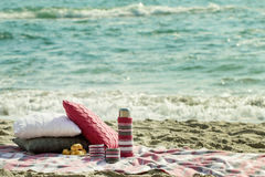 Prima colazione sulla spiaggia Caffè e croissant sul mare cuscino immagini stock