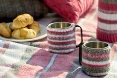 Prima colazione sulla spiaggia Caffè e croissant sul mare cuscino fotografia stock
