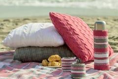 Prima colazione sulla spiaggia Caffè e croissant sul mare cuscino immagine stock libera da diritti