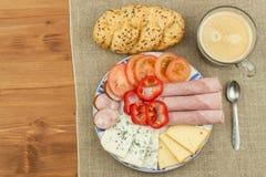Prima colazione sulla tabella Prosciutto, pomodoro e formaggio per la prima colazione con pane Alimento sano casalingo Verdure e  Fotografia Stock Libera da Diritti