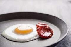 Prima colazione sulla tabella Uova fritte con le salsiccie fritte salame ed aneto Fotografia Stock