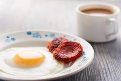 Prima colazione sulla tabella Uova fritte con le salsiccie fritte salame ed aneto Fotografie Stock Libere da Diritti