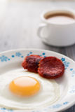Prima colazione sulla tabella Uova fritte con le salsiccie fritte salame ed aneto Fotografia Stock Libera da Diritti