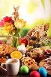 Prima colazione sulla tavola con i panini, i croissant, il coffe e le uova del pane fotografia stock