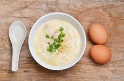 Prima colazione tailandese di stile con carne di maiale e l'uovo à la coque Immagine Stock