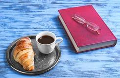 prima colazione tazza bianca fine della porcellana con caffè nero e crois Fotografie Stock Libere da Diritti
