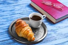 prima colazione tazza bianca fine della porcellana con caffè nero e crois Fotografie Stock
