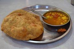 Prima colazione tipica in un restaurante piccolo sulle vie di Delhi fotografia stock libera da diritti